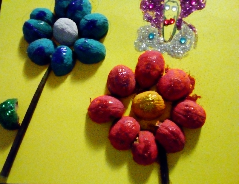 Flori din coji de nuci