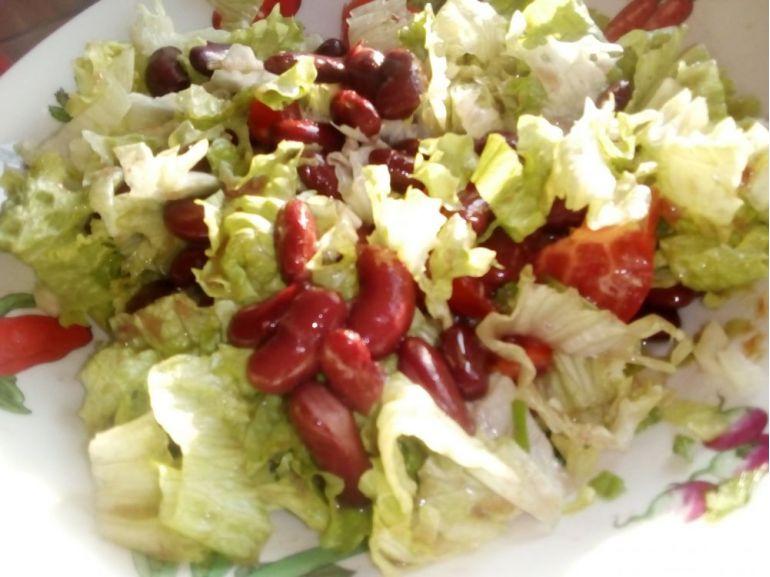 Salată de varză pecchin și boabe de fasole roșie