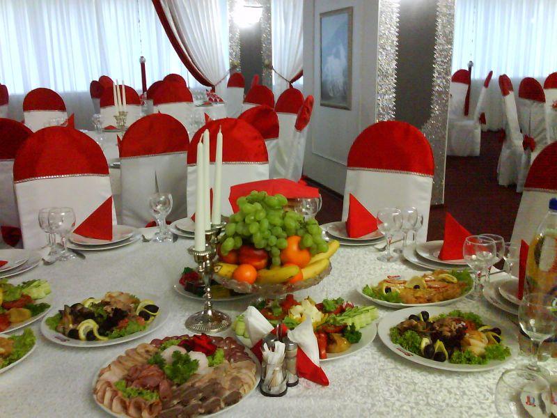 Restaurant - masă cu fructe și aranjament de nuntă