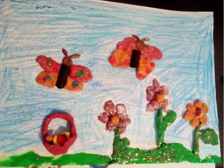 Flori, fluturi și coș cu fructe