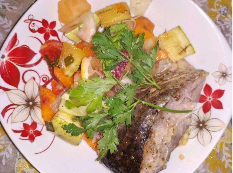 Farfurie cu friptură de crap și legume