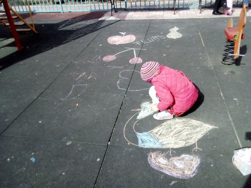 Păsări și fructe - desen pe asfalt