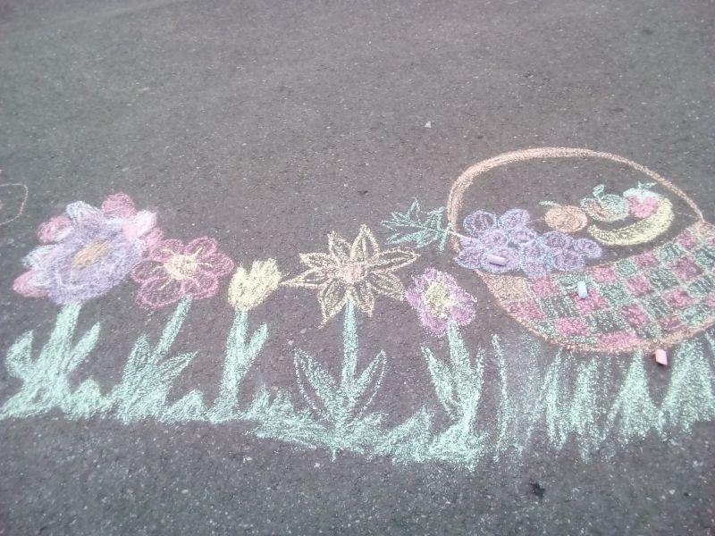 Coșul cu fructe printre flori - desen pe asfalt