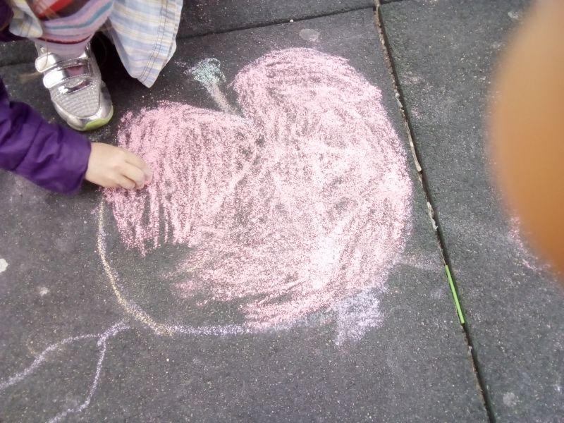 Mărul, fructul preferat - desen pe asfalt