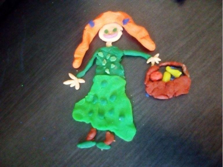 Fetița cu un coș cu fructe