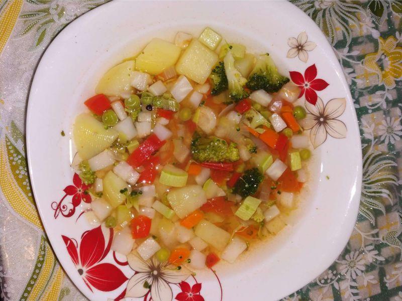 Ciorbic[ de legume cu broccoli