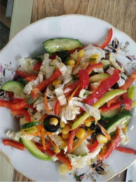 Salată cu boabe de porumb și legume
