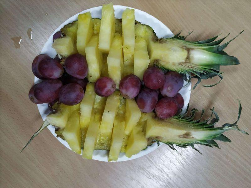 Platou cu ananas și struguri