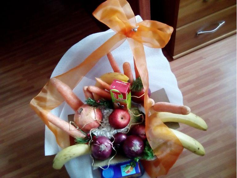 La mulți ani cu buchet din fructe și legume