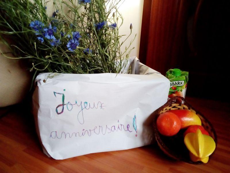 Joyeux anniversaire avec des fleurs et des fruits!