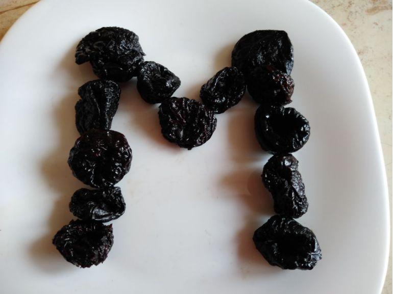 Litera M din prune uscate