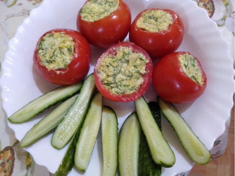 Roșii umplute cu brânză, mărar și turmeric