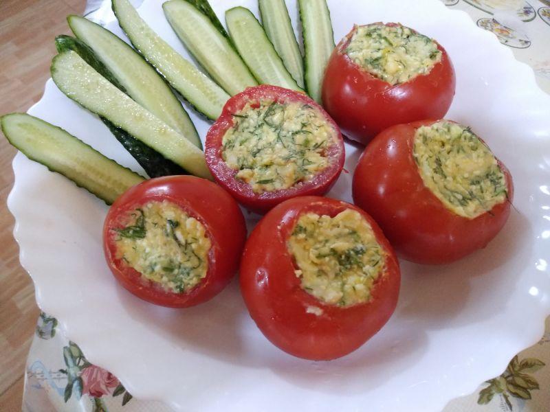 Aperitiv - Roșii umplute cu brânză, mărar și turmeric