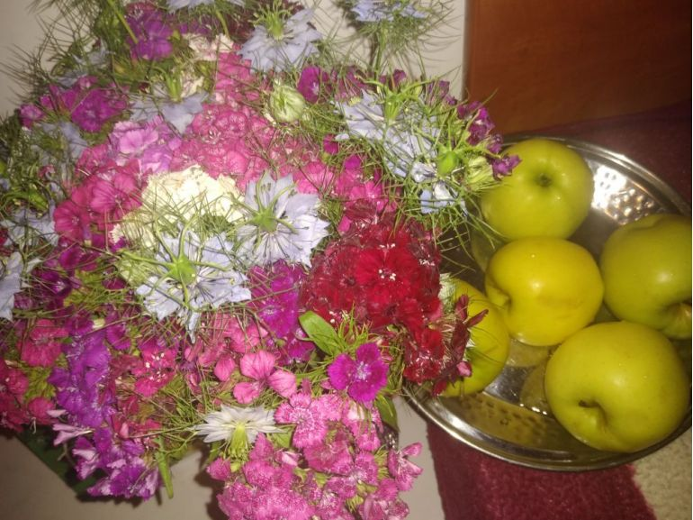 Aranjament garofițe nemțești și fructe