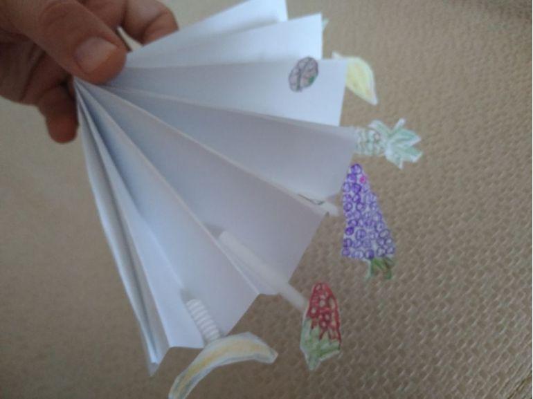 Evantai din hârtie decorat cu fructe desenate
