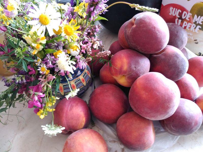 Aranjament cu margarete și fructe