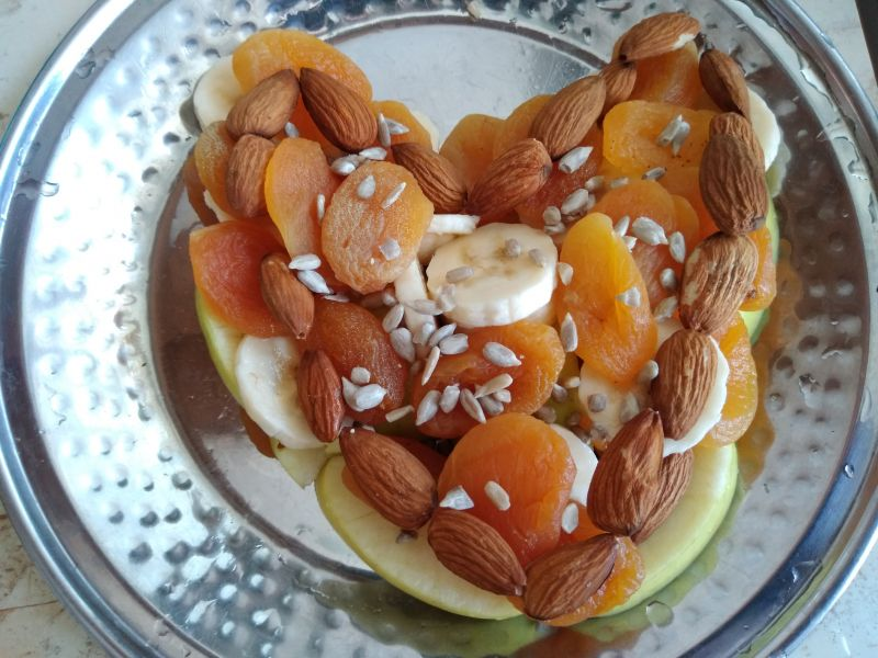Inimă din fructe și semințe - decor în farfurie!