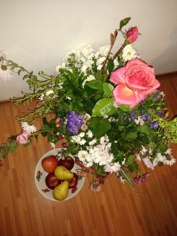 Sacoșa cu fructe și buchetul cu flori