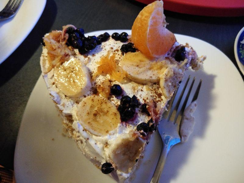 Felie de tort cu fructe și scorțișoară