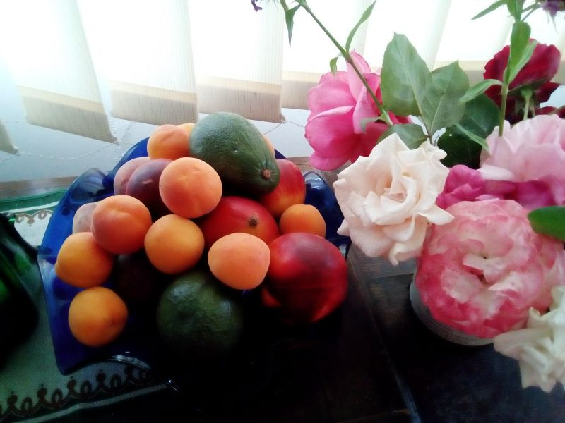 Vas cu flori și vas cu fructe
