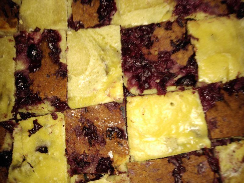 Prăjitură tablă de șah cu vanilie și fructe