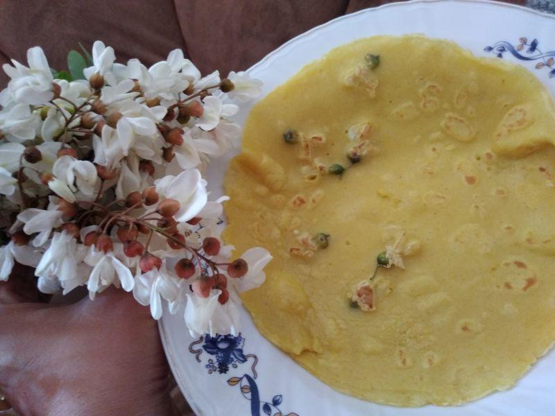 Prăjitură cu flori de salcâm, turmeric și vișine