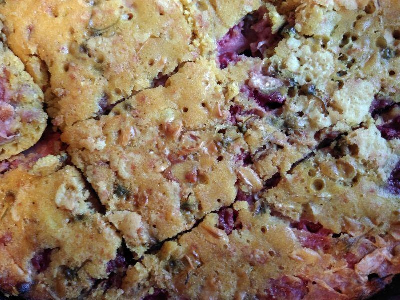 Prăjitura cu flori de salcâm, turmeric și vișine