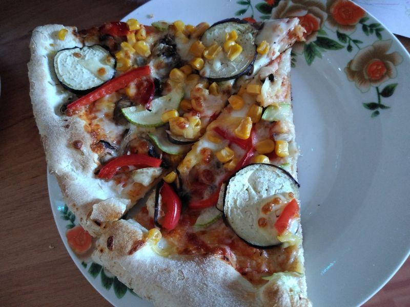 Pizza cu vinete și boabe de porumb