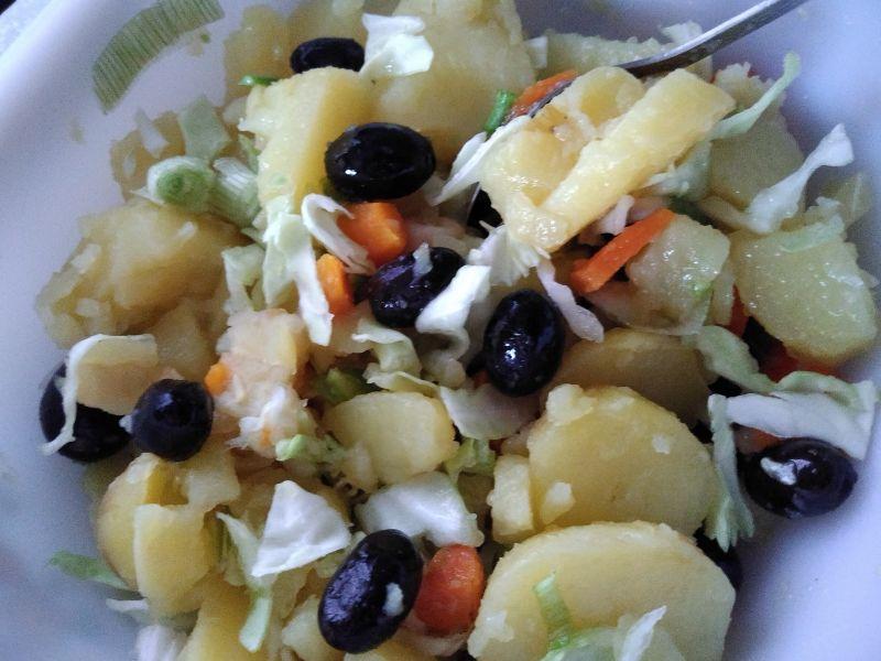 Salata de cartofi cu măsline și usturoi verde