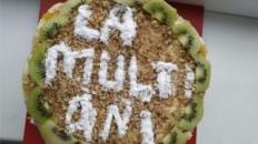 Tort cu fructe de pădure, kiwi și nuci
