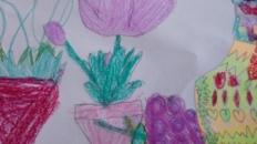 Vas cu flori de primăvară și vas cu fructe