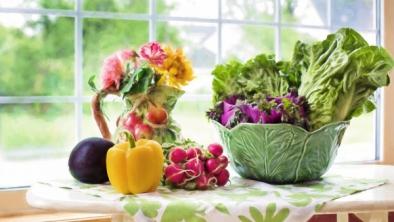 10 salate de primăvară - detoxifiere cu verdețuri și legume proaspete