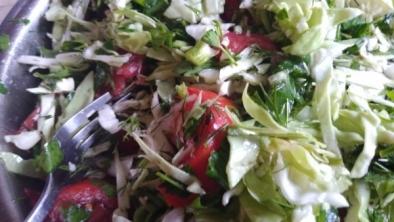 Salata de varză cu mărar și roșii