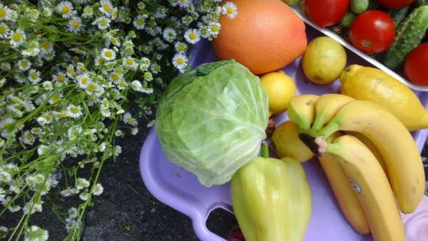 Flori de câmp și platou cu legume și fructe
