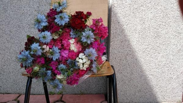 Sacoșele cu fructe și buchetul cu flori