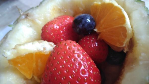 Cupă de ananas cu mix de fructe de pădure